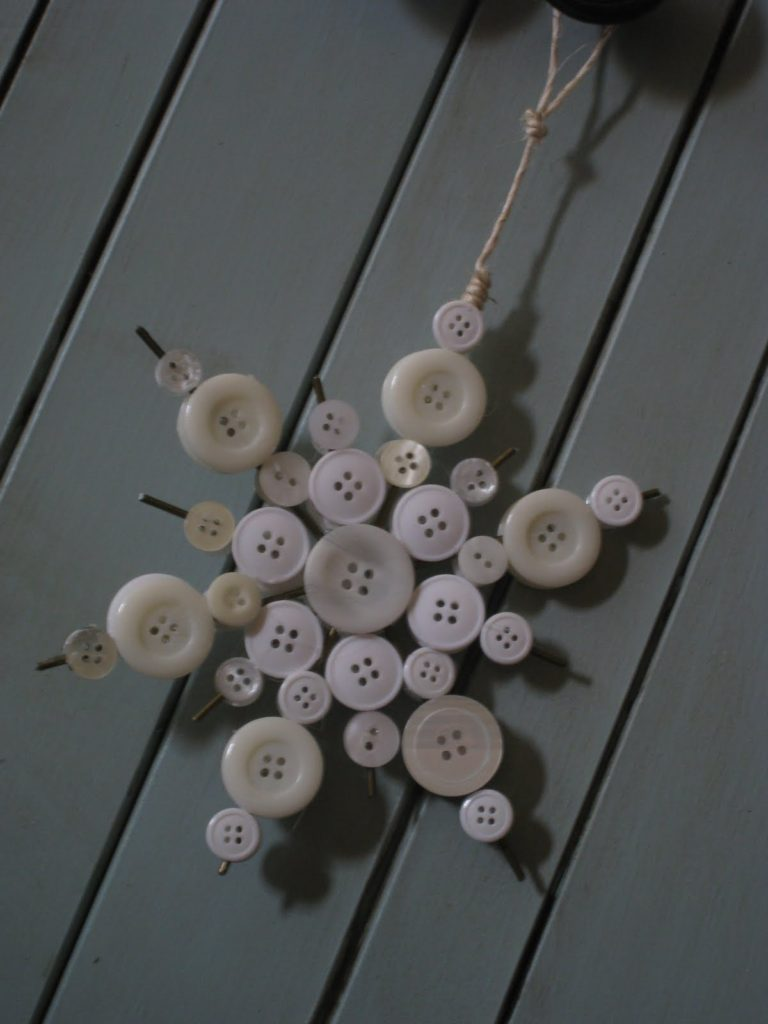 Christmas DIY crafts from buttons (12)