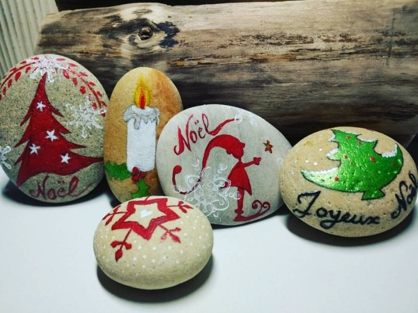 Christmas painting on stones and pebbles (33)