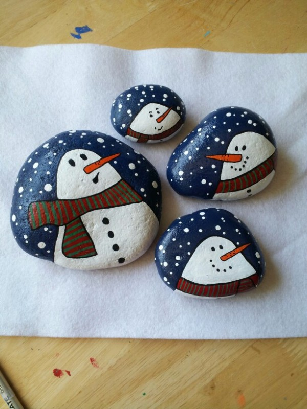 Christmas painting on stones and pebbles (43)