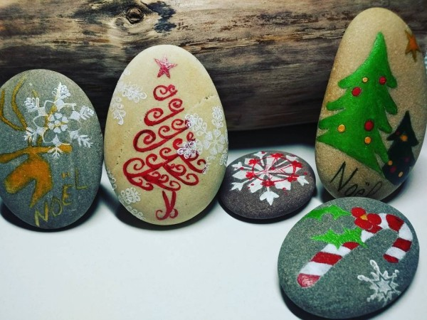 Christmas painting on stones and pebbles (44)