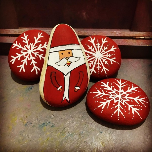Christmas painting on stones and pebbles (50)