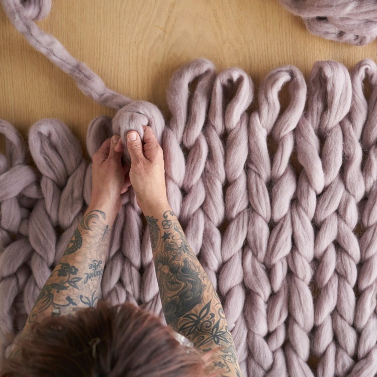 knitted decoration with thick yarns (16)