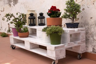 DIY pot stands from pallets3